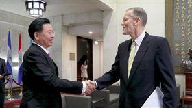▲外交部長吳釗燮歡迎美國在台協會台北辦事處處長酈英傑。(圖/外交部提供)