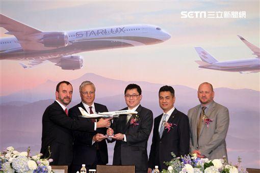 張國煒和「Airbus 」空中巴士、舉行「空中巴士 A350XWB購機簽約儀式」,星宇航空預計於2020年初開航。(記者邱榮吉/攝影)