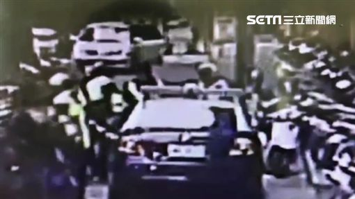 新北市高姓男子對同社區的王姓婦人襲臀,又出拳攻擊警員遭上銬逮捕,訊後依妨害公務罪移送法辦(翻攝畫面)