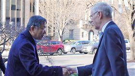 柯文哲訪智庫 與卜睿哲閉門會談台北市長柯文哲(左)赴美第4天,19日(當地時間)在布魯金斯研究所與前美國在台協會(AIT)主席卜睿哲(右)等人閉門會談,雙方進入會場前握手致意。中央社記者梁珮綺華盛頓攝  108年3月19日