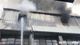 桃園八德國小一棟校舍今(20)日早上8點42分驚傳火警,現場煙霧迷漫,濃煙衝向天際。據了解,導火線疑似就在3樓儲藏室,而警消人員獲報後,派出33輛消防車及救護車,所幸沒有師生受傷。至於詳細的起火原因,仍待警方調查、釐清。(圖/翻攝畫面)
