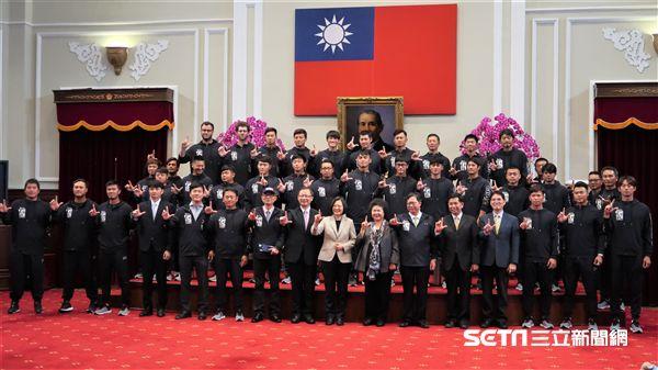 總統蔡英文邀請Lamigo桃猿參觀總統府。(圖/記者王怡翔攝影)