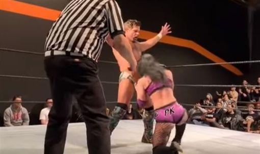 她被男摔角手弄暈逼摸下體,竟朝對方下體嘔吐。(圖/翻攝自YouTube)