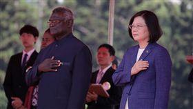 蔡英文總統以隆重軍禮歡迎索羅門群島蘇嘉瓦瑞(Hon. Manasseh Sogavare)。(總統府提供)
