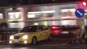 新竹,計程車,平交道,火車,保險桿,肇逃,公共危險,闖越平交道。翻攝畫面
