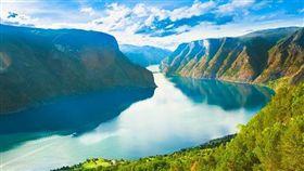 1松恩峽灣shutterstock_216508345(Norway Nature Fjord, Summer Sognefjord. Sunny Day, Landscape With Mountain, Pure Water Lake, Pond, Sea).jpg