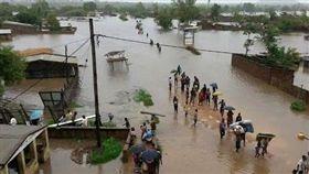 與時間賽跑!熱帶氣旋重創非洲 300死35萬人身處險境(圖/翻攝自推特)