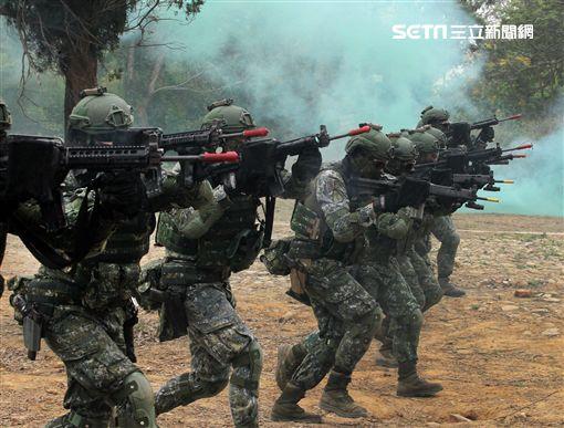 陸軍特戰四營實施濱海城鎮規復作戰、反特攻、空中突擊及水域特種作戰等多元訓練。(記者邱榮吉/彰化拍攝)