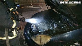 新北市林口分局文化所巡邏車突然起火燃燒(翻攝畫面)