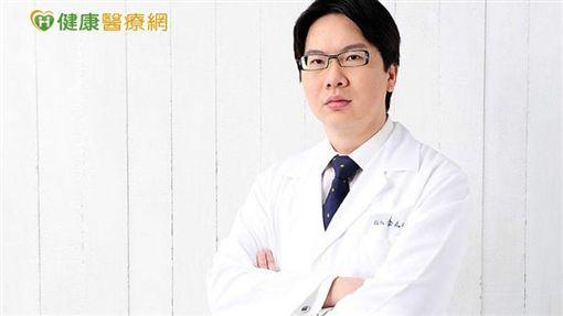 李兆翔院長指出,微創傷口可能位置會在髮髻線旁,或是在臉頰上,呈現小小的針孔,針對下垂地方,向上拉提。