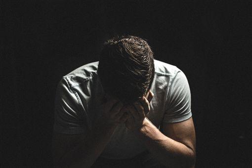 憂鬱,傷心,悲傷,負面,自閉,難過,哭泣,男子。翻攝自pixabay