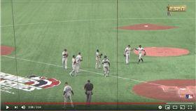 ▲鈴木一朗在比賽中被換下場享受隊友歡呼。(圖/翻攝自MLB YouTube)