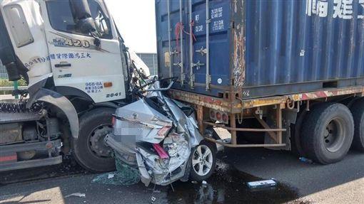 國道一號南下嚴重車禍 轎車遭2聯結車夾擊…瞬間成廢鐵
