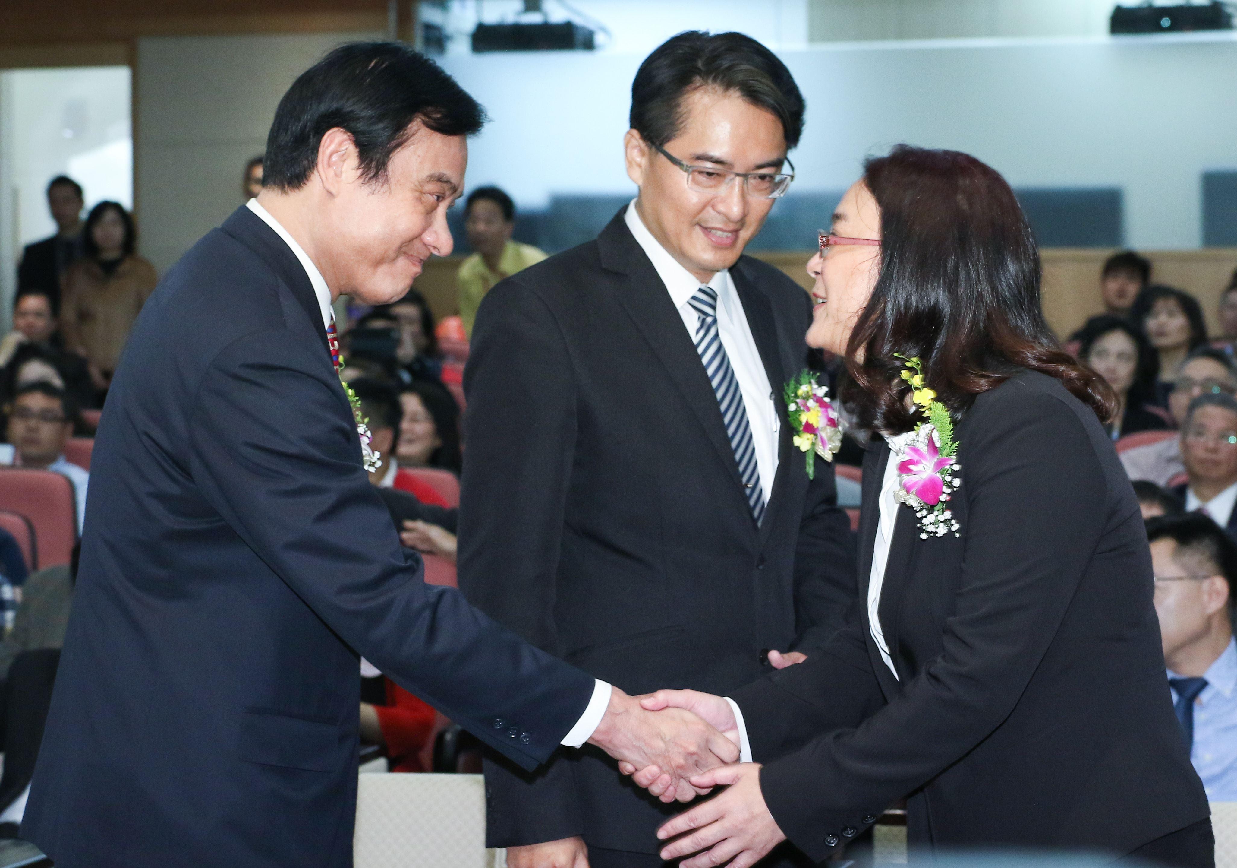 立委補選宣誓就職典禮,立法院長蘇嘉全與陳玉珍委員握手
