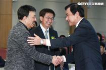 立委補選宣誓就職典禮,立法院長蘇嘉全與余天握手。(記者林士傑/攝影)