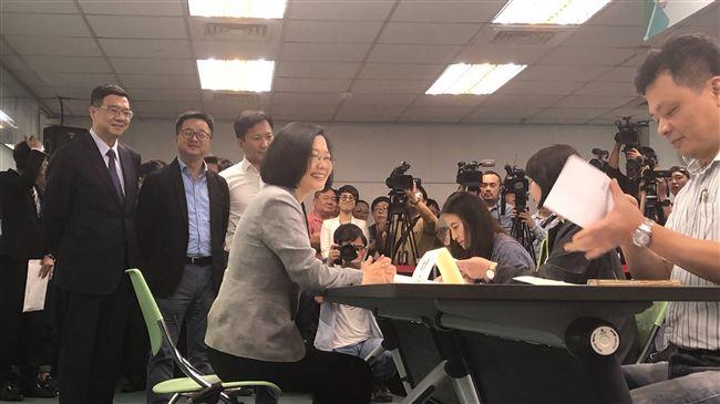 辣!蔡英文登記選總統 嗆韓國瑜專心市政:辦公室還海洋局