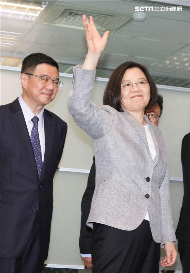 蔡英文宣布參選2020總統大選並登記黨內初選,黨主席卓榮泰與秘書長羅文嘉一同到場。(記者林士傑/攝影)