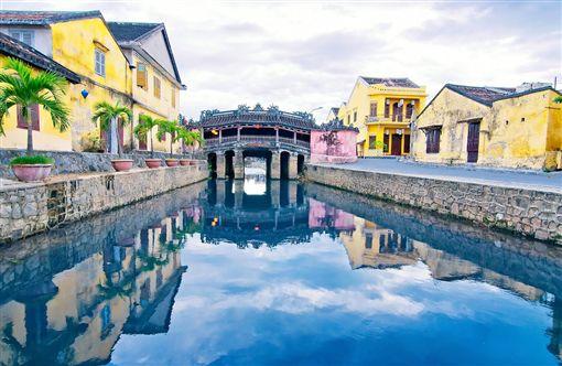 ▲水道間加上了屋頂的橋梁,就是會安古城中的日本橋。(圖/shutterstock.com)