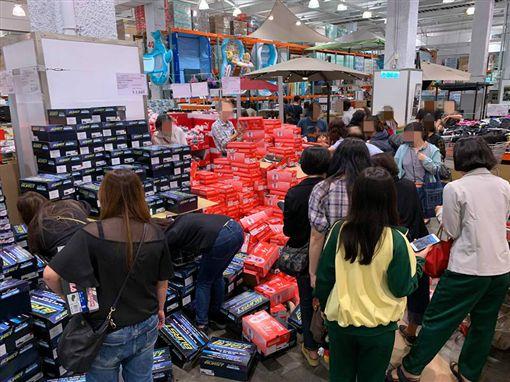 好市多推出「SKECHERS休閒鞋」,消費者瘋狂搶購。(圖/翻攝自Costco好市多 商品經驗老實說)