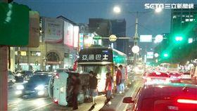 台北市大同區1部白色轎車擦撞客運公車後側翻在地(翻攝畫面)