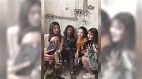 無知菁英太多  上海博學流浪漢被直播。(圖/翻攝自微博)