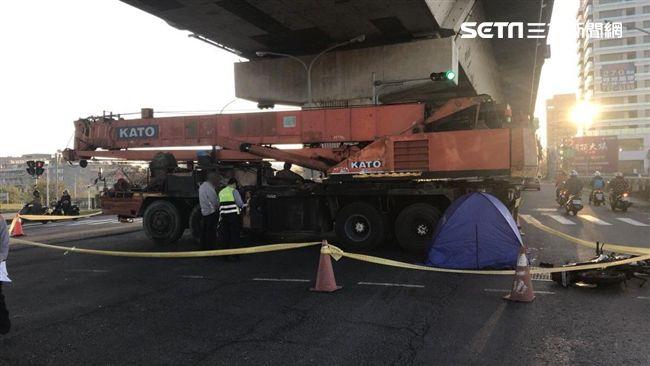 影/高雄驚傳死亡車禍 24歲軍人騎重機遭吊車輾壓亡