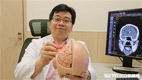 醫師李建裕說明顱內低壓症候群成因。(圖/亞大醫院提供)
