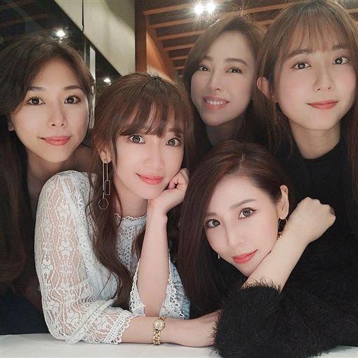 MeiMei郭婕祈曬出與《黑澀會》姐妹們的合照。(圖/IG)