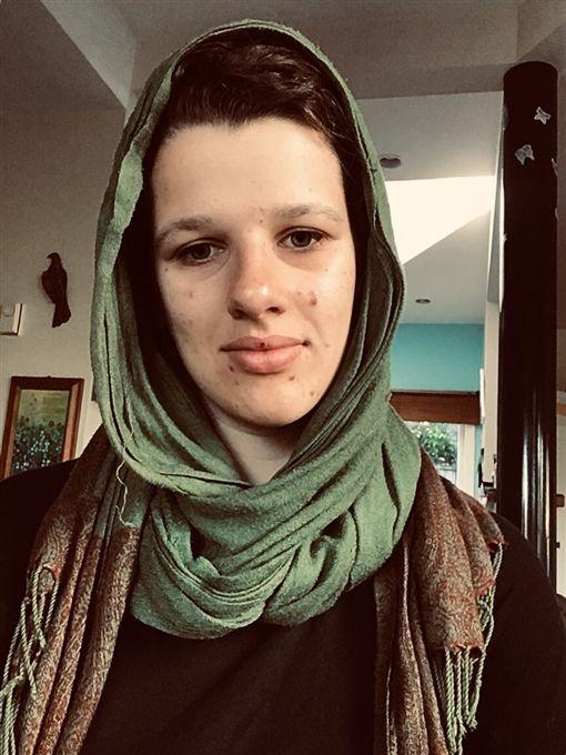 清真寺血案後齊反仇恨 紐西蘭婦女戴伊斯蘭頭巾(圖/翻攝自@MillsWorkman Twitter)