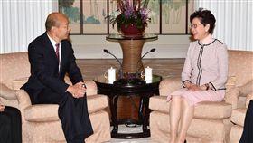 韓國瑜雙手緊握香港特首林鄭月娥,圖/香港政府新聞處