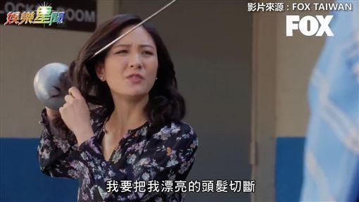 虎媽為安撫兒子想斷髮闖進更衣間。(圖/FOX TAIWAN 授權)