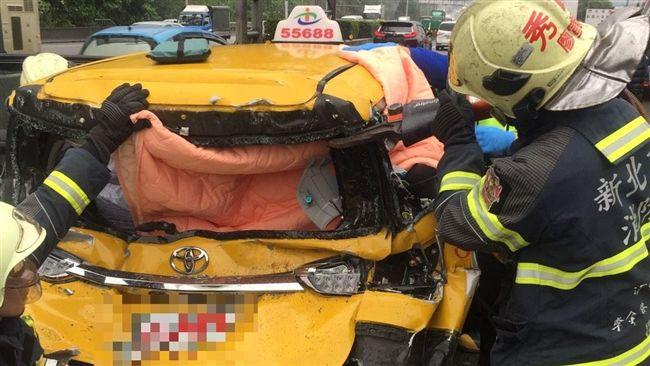 國道汐止段計程車遭2客運車夾擊 2人受傷送醫