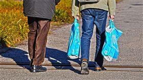 最環保阿嬤!用300個塑膠袋手編成套裝 穿出塑膠垃圾新生命。(示意圖/翻攝自Pixabay)