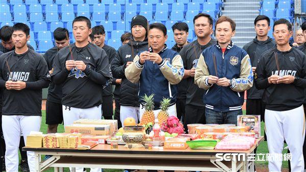 桃猿總教練洪一中帶領全隊團拜。(圖/記者王怡翔攝影)