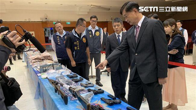 嚇!毒、槍擠滿桌…霹靂警戒備 新北警展現超猛成果