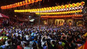 大甲媽遶境萬人伴駕 規模浩大媽祖是台灣普遍的民間信仰,大甲鎮瀾宮每年南下遶境進香活動,吸引百萬信徒隨行,規模最浩大。中央社記者趙麗妍攝 107年4月18日