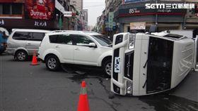 廂型車撞翻美籍家族受困 熱心民眾搶救