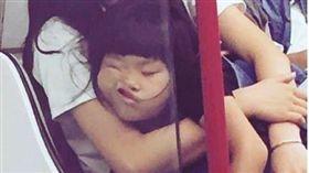香港地鐵上睡相各異的乘客。(圖/翻攝自IG)