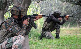 印度,克什米爾,槍戰,男童(圖/翻攝自推特)