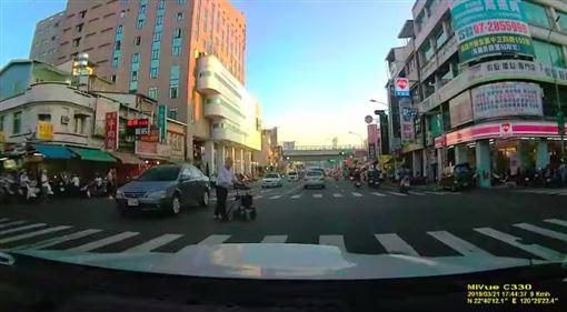 好暖!卡在馬路中…老翁超慌 4高中生「肉身擋車」攙扶圖/翻攝自爆廢公社臉書