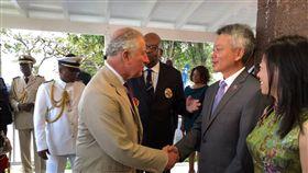 我國駐聖克里斯多福及尼維斯大使館臉書粉絲頁發文【查爾斯王子昨晚知道了…】並附上三張英國王儲夫婦查爾斯王子及卡蜜拉分別與我大使李志強的互動照片。中華民國駐聖克里斯多福及尼維斯大使館臉書。