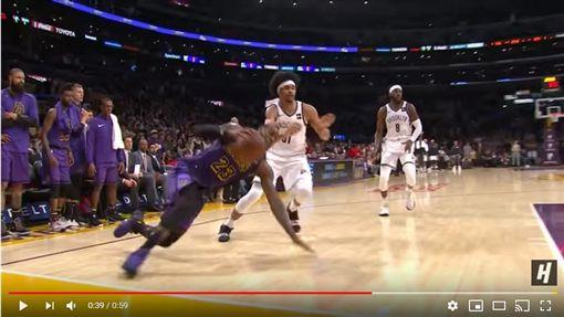 ▲『詹皇』LeBron James切入時滑倒卻失追平比賽機會。(圖/翻攝自House of Highlights)