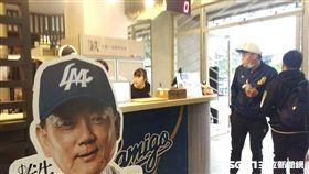 ▲Lamigo桃園青埔球場鬆餅球專賣店為洪一中做招牌。(圖/記者蕭保祥攝影)