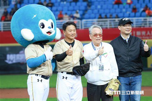 中華職棒元年會長唐盼盼為比賽開球。(圖/林士傑攝影)