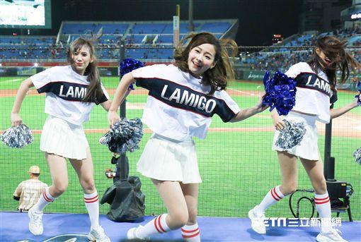 ▲Lamigirls熱情舞蹈,為開幕戰加油。(圖/記者林士傑攝影) ID-1840530