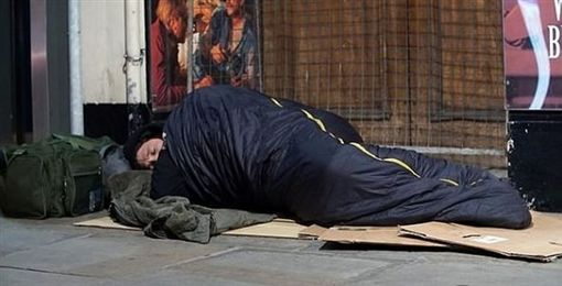 流浪漢,露宿者,行乞,社會福利,食物,清潔員,無賴,英國,露宿街頭60天 圖/翻攝自推特