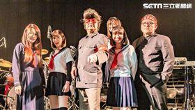 陳昇帶領著穗花高校團員在台北Legacy開唱。(圖/Legacy提供)