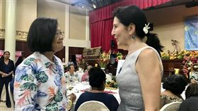 蔡英文總統24日在臉書PO出與美國駐帛琉大使Amy Hyatt的合影。(圖/翻攝蔡英文臉書)
