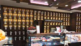 日本甜點店裝潢超像塔位。(圖/翻攝自爆廢公社)