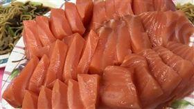 墾丁後壁湖海產店,鮭魚生魚片只要200元。(圖/翻攝自XXX)